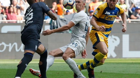 <p>               Inter Milan's Ivan Perisic, center, and Parma goalkeeper Luigi Sepe, left, battle for the ball during their Series A Soccer match between Inter Milan and Parma at the Milan San Siro stadium, Italy, Saturday, Sept. 15, 2018. (AP Photo/Antonio Calanni)             </p>