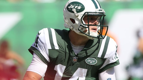 EAST RUTHERFORD, NJ - SEPTEMBER 16: Quarterback Sam Darnold #14 of the New York Jets in action against the Miami Dolphins at MetLife Stadium on September 16, 2018 in East Rutherford, New Jersey. (Photo by Al Pereira/Getty Images)