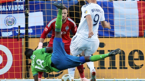 <p>               LA Galaxy forward Zlatan Ibrahimovic (9) and Seattle Sounders defender Kelvin Leerdam (18) tangle in front of Seattle goalkeeper Stefan Frei (24) in the first half of an MLS soccer match in Carson, Calif., Sunday, Sept. 23, 2018. (AP Photo/Reed Saxon)             </p>