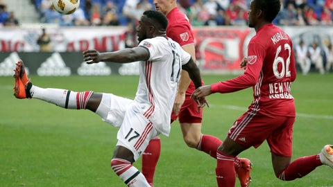 <p>               Toronto FC forward Jozy Altidore, left, tries to control the ball as New York Red Bulls defender Tim Parker, center, and defender Michael Murillo apply pressure during the first half of a soccer game, Saturday, Sept. 22, 2018, in Harrison, N.J. (AP Photo/Julio Cortez)             </p>