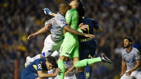 <p>               Dede of Brazil's Cruzeiro, left, and Esteban Andrada, goalkeeper of Argentina's Boca Juniors, clash during a Copa Libertadores quarterfinal soccer match in Buenos Aires, Argentina, Wednesday, Sept. 19, 2018. (AP Photo/Gustavo Garello)             </p>