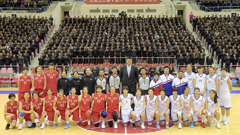 "<p>               9日、親善試合を終えて記念写真に納まる朝鮮と中国のバスケットボール女子選手。「親善」(赤)と「団結」(白)の混成チームに分かれて対戦した=平壌・柳京鄭周永体育館(朝鮮中央通信=朝鮮通信)In this Tuesday, Oct. 9, 2018, photo provided on Wednesday, Oct. 10, 2018, by the North Korean government, Chinese hoop legend Yao Ming, center rear, poses for a group photo with Chinese and North Korean basketball players after their friendly match in Pyongyang, North Korea. Chinese female basketball players who are visiting Pyongyang this week mixed together with North Korean female players to form two teams, called ""Friendship,"" in red, and ""Unity,"" in white, as part of a high-profile sports exchange between the two countries intended to help thaw ties that had been growing chilly over the past year. Independent journalists were not given access to cover the event depicted in this image distributed by the North Korean government. Korean language watermark on image as provided by source reads: ""KCNA"" wh Korean language watermark on image as provided by source reads: ""KCNA"" which is the abbreviation for Korean Central News Agency. (Korean Central News Agency/Korea News Service via AP)             </p>"