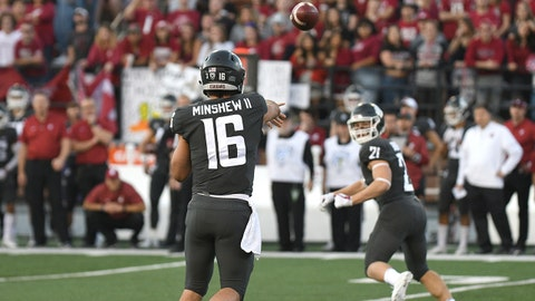 PULLMAN, WA - OCTOBER 20: PULLMAN, WA - SEPTEMBER 08: WSU quarterback Gardner Minshew (16) delivers a pass to WSU running back Max Borghi (21) during the game between the Washington State Cougars and the Oregon Ducks played on October 20, 2018 in Pullman, Washington at Martin Stadium. (Photo by Robert Johnson/Icon Sportswire via Getty Images)