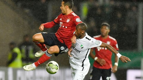 <p>               Roedinghausen's Kelvin Lunga, right, and Bayern's Thiago challenge for the ball during the German soccer cup, DFB Pokal, match between the 4th divisioner SV Roedinghausen and Bayern Munich in Osnabrueck, Germany, Tuesday, Oct. 30, 2018. (AP Photo/Martin Meissner)             </p>