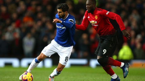 <p>               Manchester United's Romelu Lukaku vies for the ball with Everton's Andre Gomes, left, during the English Premier League soccer match between Manchester United and Everton FC at Old Trafford in Manchester, England, Sunday Oct. 28, 2018. (AP Photo/Dave Thompson)             </p>