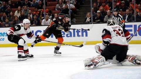 <p>               Anaheim Ducks' Ben Street, center, scores past Arizona Coyotes goaltender Antti Raanta, right, during the second period of an NHL hockey game Wednesday, Oct. 10, 2018, in Anaheim, Calif. (AP Photo/Marcio Jose Sanchez)             </p>