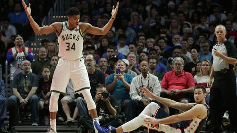 <p>               Milwaukee Bucks' Giannis Antetokounmpo, left, of Greece, looks at Los Angeles Clippers' Danilo Gallinari, of Italy, after getting a foul call during the second half of an NBA basketball game Saturday, Nov. 10, 2018, in Los Angeles. The Clippers won 128-126 in overtime. (AP Photo/Jae C. Hong)             </p>