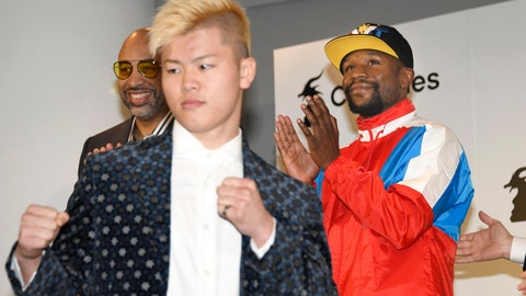 <p>               Floyd Mayweather, right, of the U.S. claps as Japanese kickboxer Tenshin Nasukawa strikes a pose during a press conference in Tokyo, Monday, Nov. 5, 2018. Mayweather said he has signed to fight Nasukawa for a bout promoted by Japan's RIZIN Fighting Federation on Dec. 31 in Saitama, north of Tokyo. (Katsuya Miyagawa/Kyodo News via AP)             </p>
