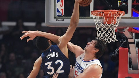 <p>               Minnesota Timberwolves center Karl-Anthony Towns, left, shoots as Los Angeles Clippers forward Montrezl Harrell defends during the first half of an NBA basketball game Monday, Nov. 5, 2018, in Los Angeles. (AP Photo/Mark J. Terrill)             </p>