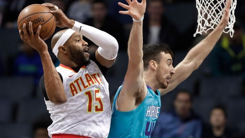 <p>               Atlanta Hawks' Vince Carter (15) grabs a pass as Charlotte Hornets' Frank Kaminsky (44) defends during the first half of an NBA basketball game in Charlotte, N.C., Wednesday, Nov. 28, 2018. (AP Photo/Chuck Burton)             </p>