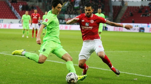 <p>               Mainz's Danny Latza, right, and Hannover's Genki Haraguchi challenge for the ball during a Bundesliga soccer match between FSV Mainz 05 and Hannnover 96 in Mainz Germany, Sunday, Dec.9, 2018. (Thomas Frey/dpa via AP)             </p>
