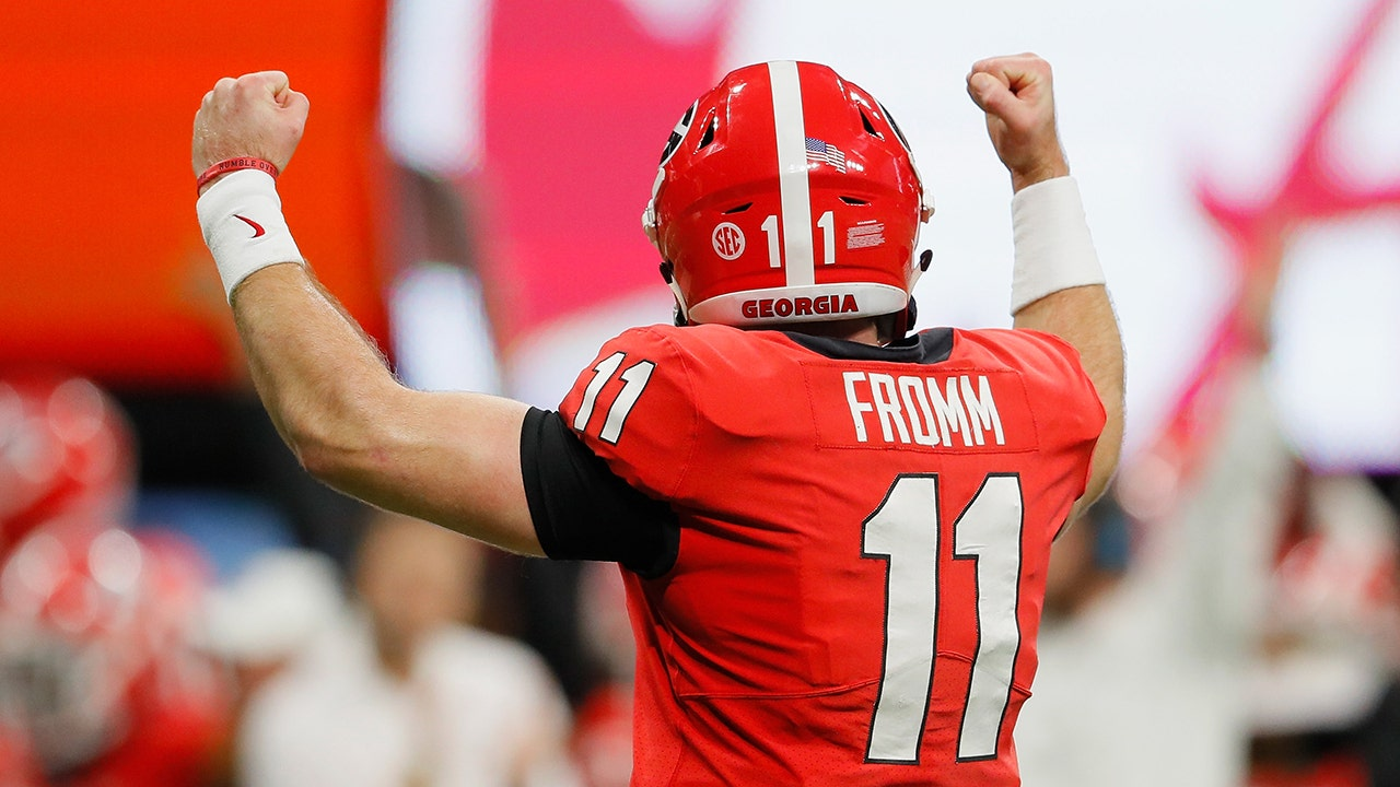 2a5bb5bd6 Jake Fromm s picture-perfect TD pass extends Georgia s lead over Alabama