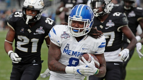 <p>               Memphis running back Darrell Henderson, center, runs past Central Florida defensive backs Rashard Causey (21) and  Richie Grant, right, for a 12-yard touchdown run during the first half of the American Athletic Conference championship NCAA college football game, Saturday, Dec. 1, 2018, in Orlando, Fla. (AP Photo/John Raoux)             </p>