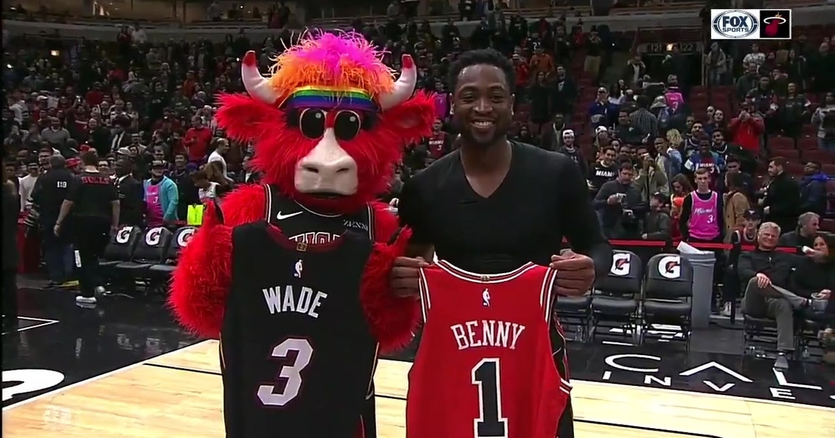 79e4dd6b5594 Dwyane Wade swaps jerseys with Benny the Bull after his last game in  Chicago