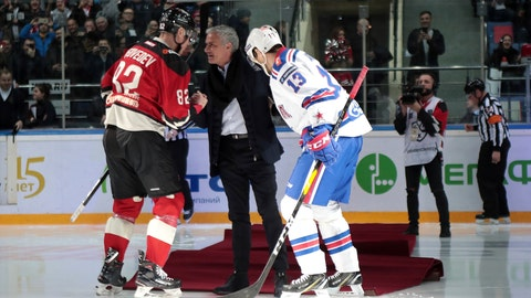 <p>               Two-time Stanley Cup winner Pavel Datsyuk of SKA St. Petersburg, right, and Yevgeni Medvedev of Avangard Omsk help former Manchester United coach Jose Mourinho, center, to get up after falling down making the first puck drop at Monday's Kontinental Hockey League game between Avangard Omsk and SKA St. Petersburg in Moscow, Russia, Monday, Feb. 4, 2019. Former Manchester United coach has ceremonially opened an ice hockey game in Russia _ and promptly fallen on the ice. (AP Photo/Dmitry Golubovich)             </p>