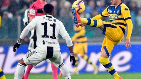 <p>               Parma's Antonino Barilla' goes for the ball ahead of Juventus' Douglas Costa, left, during the Serie A soccer match Juventus and Parma at the Allianz stadium in Turin, Italy, Saturday, Feb. 2, 2019. (Alessandro Di Marco/ANSA via AP)             </p>