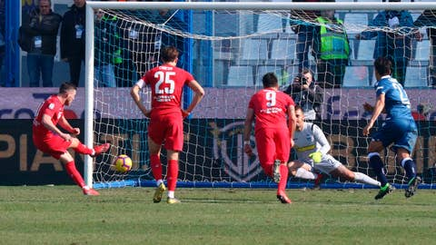 <p>               Fiorentina's Jordan Veretout, left, scores on a penalty during a Serie A soccer match between Spal and Fiorentina, at Paolo Mazza Stadium in Ferrara, Italy, Sunday, Feb. 17, 2019. (Elisabetta Baracchi/ANSA via AP)             </p>