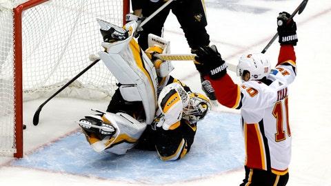 <p>               Calgary Flames' Derek Ryan (10) celebrates after teammate Andrew Mangiapane put a shot behind Pittsburgh Penguins goaltender Matt Murray (30) for a goal in the first period of an NHL hockey game in Pittsburgh, Saturday, Feb. 16, 2019. (AP Photo/Gene J. Puskar)             </p>
