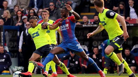 <p>               Huddersfield Town's Juninho Bacuna, left, and Crystal Palace's Michy Batshuayi tussle for the ball during the English Premier League soccer match between Crystal Palace and Huddersfield at the Selhurst Park stadium, London. Saturday, March. 30, 2019 (Isabel Infantes/PA via AP)             </p>