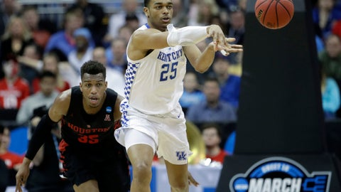 <p>               Kentucky's PJ Washington (25) passes as Houston's Fabian White Jr. gives chase during the second half of a men's NCAA tournament college basketball Midwest Regional semifinal game Friday, March 29, 2019, in Kansas City, Mo. (AP Photo/Charlie Riedel)             </p>