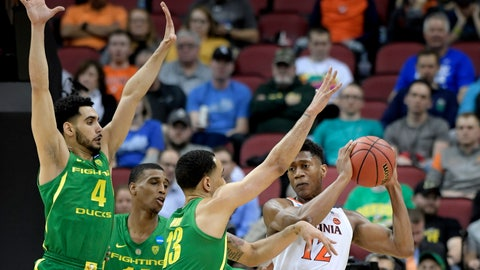 <p>               Virginia's De'Andre Hunter (12) is defended by Oregon's Ehab Amin (4), Kenny Wooten (14) and Paul White (13) during the first half of a men's NCAA Tournament college basketball South Regional semifinal game, Thursday, March 28, 2019, in Louisville, Ky. (AP Photo/Timothy D. Easley)             </p>