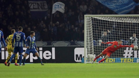 <p>               Dortmund's Marco Reus, left, scores his side's 3rd goal during the German Bundesliga soccer match between Hertha BSC Berlin and Borussia Dortmund in Berlin, Germany, Saturday, March 16, 2019. (AP Photo/Michael Sohn)             </p>