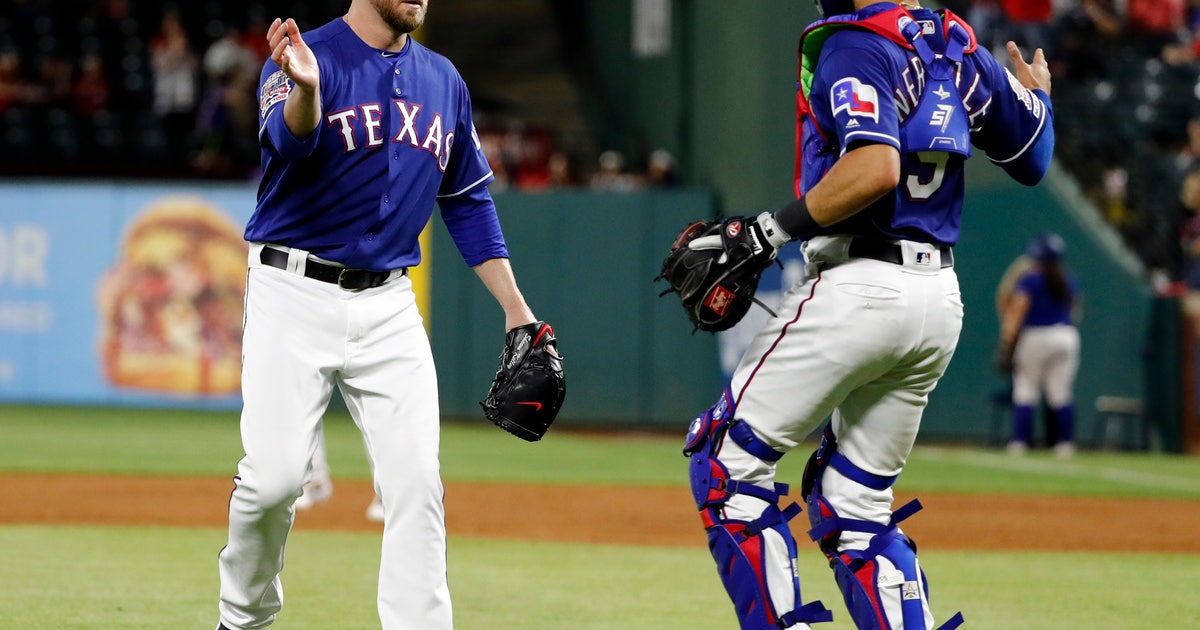 Rangers reliever Kelley has lumps removed from throat