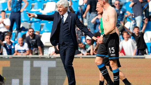 <p>               Atalanta's head coach Gian Piero Gasperini, left, gives directions to Marten de Roon, right, during a Serie A soccer between Atalanta and Genoa at the Mapei Stadium in Reggio Emilia, Italy, Saturday, May 11, 2019. (Paolo Magni/ANSA via AP)             </p>