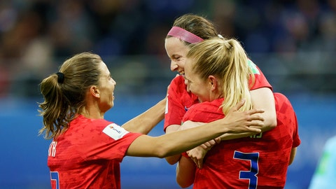 REIMS, FRANCE - JUNE 11: Samantha Mewis of United States of America celebrates after scoring her team's sixth goal with team mates during the 2019 FIFA Women's World Cup France group F match between USA and Thailand at Stade Auguste Delaune on June 11, 2019 in Reims, France. (Photo by TF-Images/Getty Images)