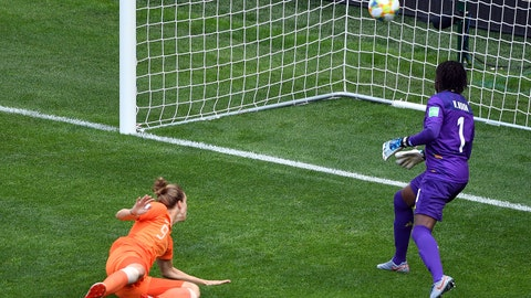 Netherlands' forward Vivianne Miedema (L) scores a goal during the France 2019 Women's World Cup Group E football match between the Netherlands and Cameroon, on June 15, 2019, at the Hainaut Stadium in Valenciennes, northern France. (Photo by Philippe HUGUEN / AFP)        (Photo credit should read PHILIPPE HUGUEN/AFP/Getty Images)