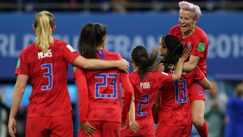 REIMS, FRANCE - JUNE 11: Players of the USA celebrate Alex Morgan's 4th goal during the 2019 FIFA Women's World Cup France group F match between USA and Thailand at Stade Auguste Delaune on June 11, 2019 in Reims, France. (Photo by Daniela Porcelli/Getty Images)