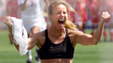 PASADENA, :  Brandi Chastain of the US shouts after falling on her knees after she scored the last goal in a shoot-out in the finals of the Women's World Cup with China at the Rose Bowl in Pasadena, California 10 July 1999. The US won 5-4 on penalties.  (ELECTRONIC IMAGE) AFP PHOTO/HECTOR MATA (Photo credit should read HECTOR MATA/AFP/Getty Images)