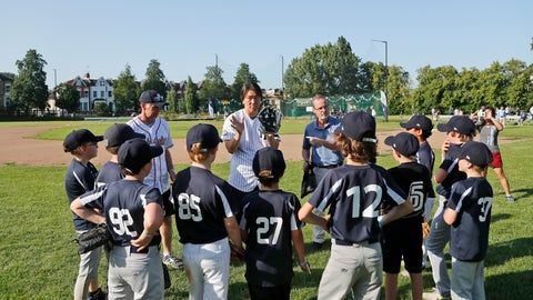 <p>               Yankees' Masahiro Tanaka, centre, teaches young fans during a private Baseball Clinic in London, Thursday, June 27, 2019. The Yankees are hosting for approximately 100 youth in the London community in conjunction with the London Meteorites Baseball and Softball Club this private Baseball Clinic. (AP Photo/Frank Augstein)             </p>