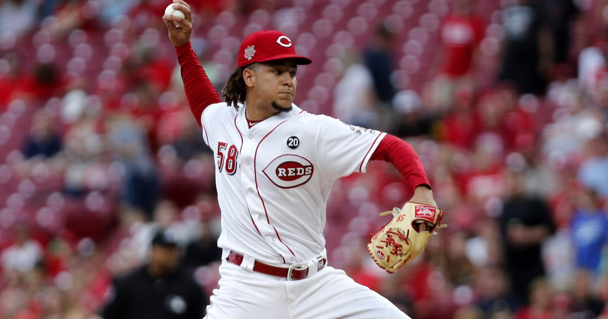 Castillo pitches two-hit ball into 7th, Reds edge Astros 3-2