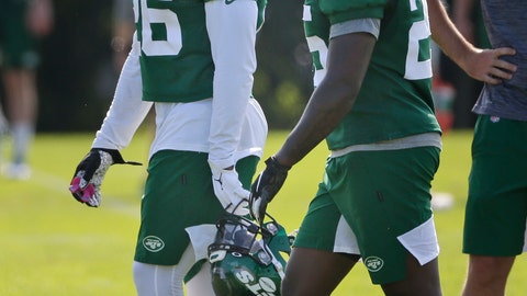 <p>               New York Jets' Le'Veon Bell, left, talks with Elijah McGuire during a practice at the NFL football team's training camp in Florham Park, N.J., Friday, July 26, 2019. (AP Photo/Seth Wenig)             </p>