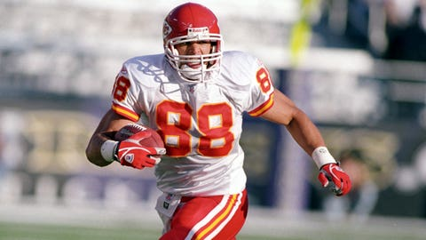 Kansas City Chiefs tight end Tony Gonzalez (88) runs with the ball during a 2003 NFL game.