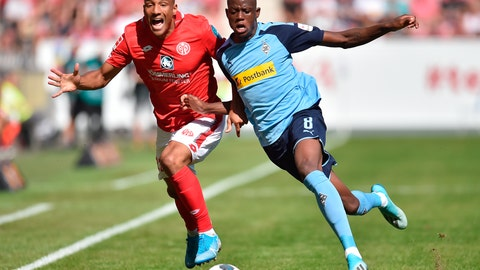 <p>               Mainz' Karim Onisiwo, left, and Gladbach's Denis Zakaria, right, challenge for the ball during the German Bundesliga soccer match between 1.FSV Mainz 05 and Borussia Moenchengladbach in Mainz, Germany, Saturday, Aug. 24, 2019. (Torsten Silz/dpa via AP)             </p>