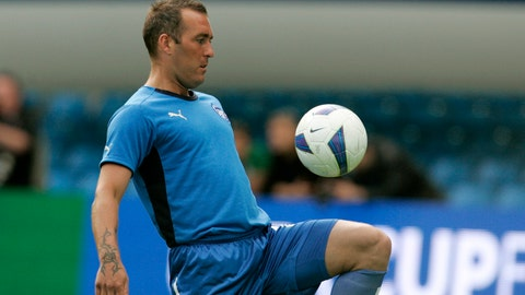 <p>               FILE - In this Tuesday May 13, 2008 file photo, Zenit St. Petersburg's Fernando Ricksen attends a training session at the City of Manchester stadium in Manchester, England. Former Netherlands defender Fernando Ricksen has died after a six-year battle with motor neurone disease, it was announced on Wednesday Sept. 18, 2019. He was 43. (AP Photo/Paul Thomas, File)             </p>