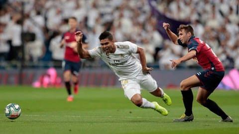 <p>               Osasuna's Jon Moncayola fights for the ball against Real Madrid's Casemiro during the Spanish La Liga soccer match between Real Madrid and Osasuna at the Santiago Bernabeu stadium in Madrid, Spain, Wednesday, Sept. 25, 2019. (AP Photo/Bernat Armangue)             </p>