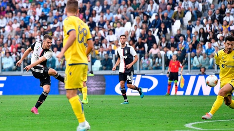 <p>               Juventus' Aaron Ramsey, left,  scores his side first goal during the italian Serie A soccer match between Juventus and Verona at the Juventus' Stadium in Turin, Italy, Saturday, Sept. 21, 2019. (Alessandro Di Marco/ANSA via AP)             </p>