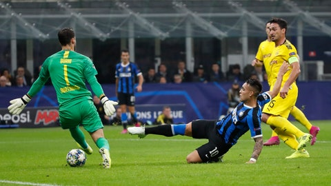 <p>               Inter Milan's Lautaro Martinez, centre, scores the opening goal past Dortmund's goalkeeper Roman Buerki, left, and Dortmund's Mats Hummels, right, during the Champions League, Group F soccer match between Inter Milan and Borussia Dortmund at the San Siro stadium in Milan, Italy, Wednesday, Oct.23, 2019. (AP Photo/Antonio Calanni)             </p>