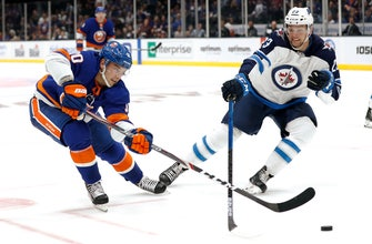 Greiss makes 35 saves, Islanders beat Jets 4-1