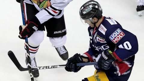<p>               Berlin's Maxim Lapierre, right, steps on the stick of Chicago's Dominik Kubalik, left, during a NHL Global Series ice hockey game between Eisbaeren Berlin and Chicago Blackhawks in Berlin, Germany, Sunday, Sept. 29, 2019. (AP Photo/Michael Sohn)             </p>
