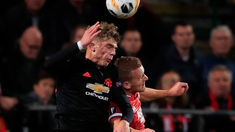 <p>               Manchester United's Brandon Williams, left, and Alkmaar's Dani de Wit jump to head the ball during the group L Europa League soccer match between AZ Alkmaar and Manchester United at the ADO Den Haag stadium in The Hague, Netherlands, Thursday, Oct. 3, 2019. (AP Photo/Peter Dejong)             </p>