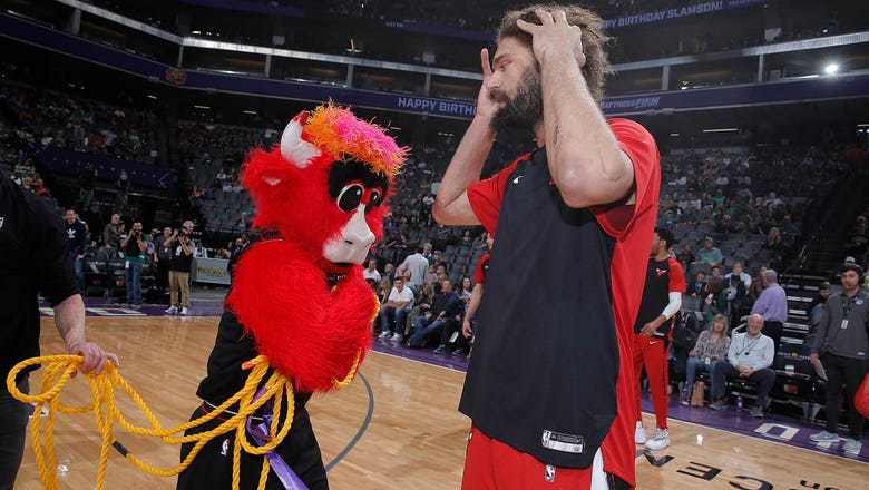 Top Tweets: The Bulls' mascot really misses Robin Lopez