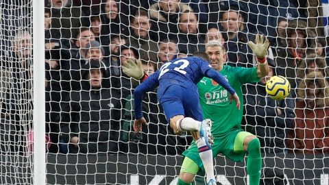 <p>               Chelsea's Christian Pulisic, left, scores his sides second goal past Crystal Palace's goalkeeper Vicente Guaita during their English Premier League soccer match between Chelsea and Crystal Palace at Stamford Bridge stadium in London, Saturday, Nov. 9, 2019. (AP Photo/Alastair Grant)             </p>