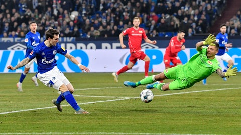 <p>               Schalke's Benito Raman, left, kicks the ball against Union's goalkeeper Rafal Gikiewicz during the German Bundesliga soccer match between FC Schalke 04 and Union Berlin in Gelsenkirchen, Germany, Friday, Nov. 29, 2019. (AP Photo/Martin Meissner)             </p>