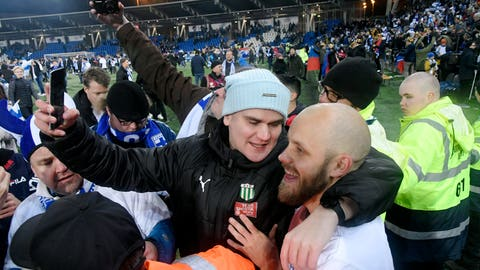 <p>               Teemu Pukki of Finland celebrates with fans after their victory in the Euro 2020 Group J qualifying soccer match between Finland and Liechtenstein in Helsinki, Finland, on Friday, Nov. 15, 2019. Finland won 3-0 and have qualified for a major soccer tournament for the first time in their history. (Markku Ulander/Lehtikuva via AP)             </p>