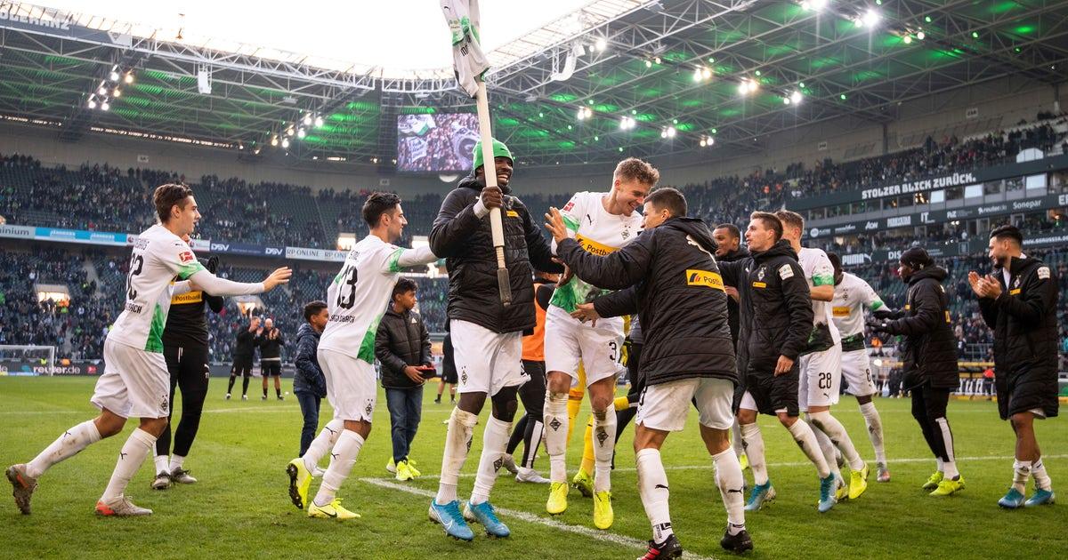Frankfurt captain sent off for knocking over Freiburg coach | FOX Sports