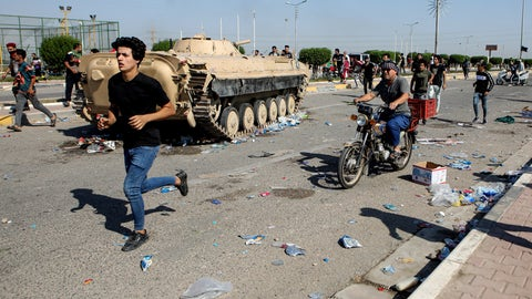 <p>               Anti-government protesters block the port of Umm Qasr while Iraqi security forces try to reopen the key oil terminal on the Persian Gulf, Iraq, Tuesday, Nov. 5, 2019. (AP Photo/Nabil al-Jourani)             </p>